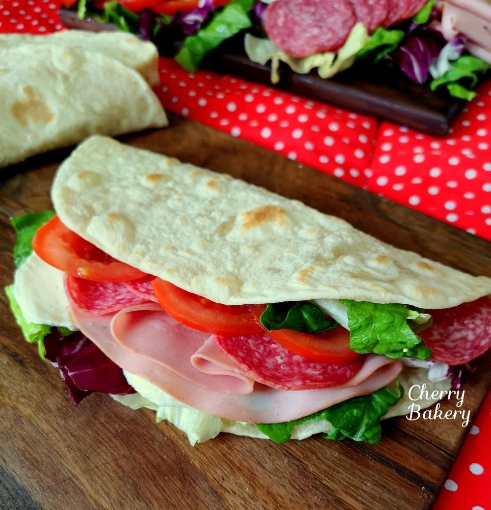 Пиадина - италиански плоски питки и вкусни сандвичи с тях по рецепта от CherryBakery.eu
