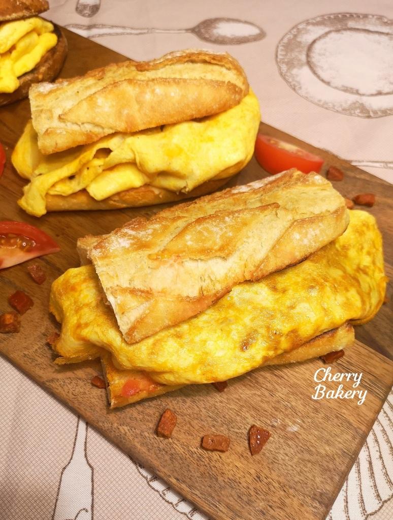 """Бокадийо с омлет с чоризо - сандвич от испанската кухня, пресъздаден от Cherry Bakery в рубриката """"Сандвичи открай света""""."""
