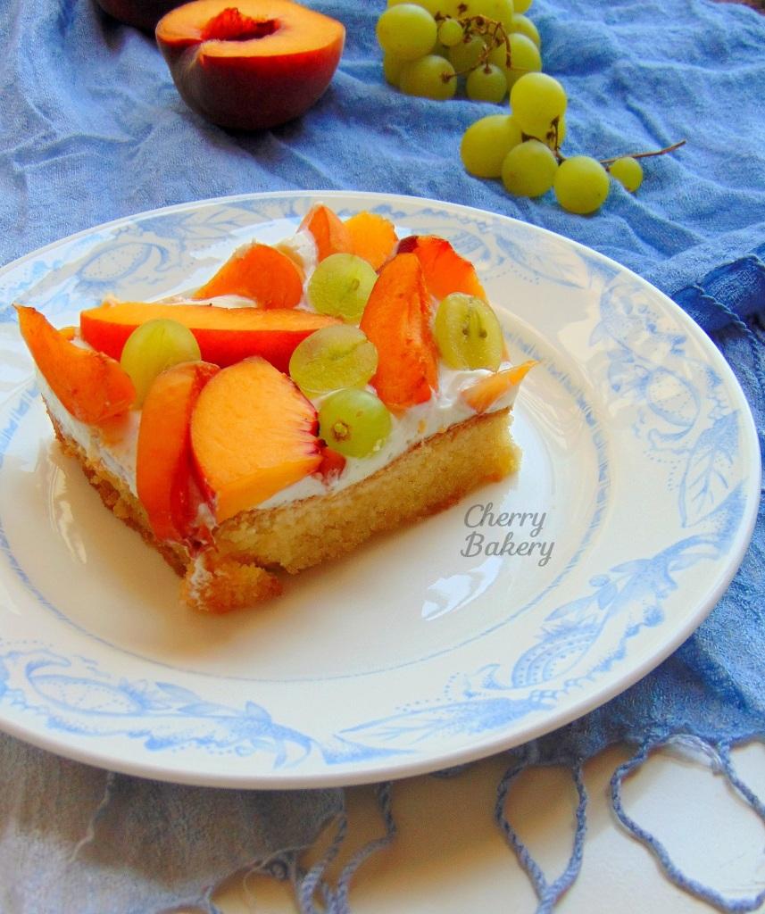 Парче лятна торта с праскови, кайсии и грозде. Вкусен и лесен десерт за жегите от Cherry Bakery.